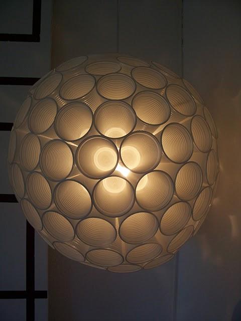 Spændende lampeskærm af engangskrus